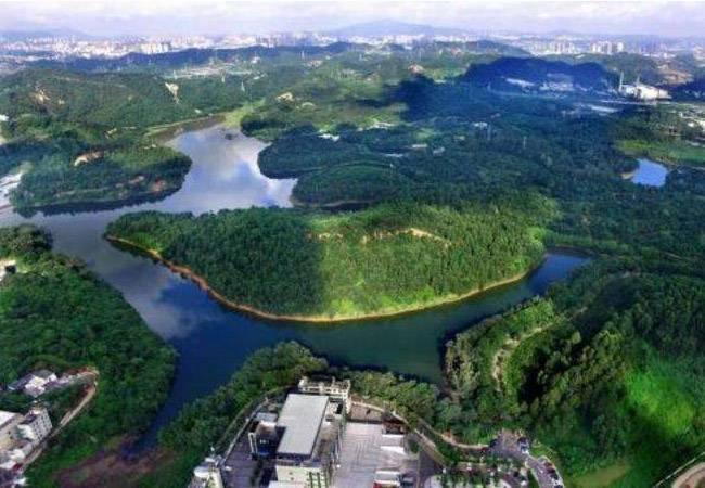 甘坑水庫-永平工業園, 全程約7公里, 最高海拔123米。  在平湖生態園內, 鑲嵌著兩座碧波蕩漾的水庫, 甘坑與苗坑水庫, 一直默默地為平湖市民提供著飲用水的主要水源。  平湖生態園內面積較大, 最適合騎行, 看到園內有很多山地騎友。  空氣新鮮,景色宜人, 園內綠道適合徒步、健身。  甘坑客家小鎮, 位于深圳的龍崗區的布吉, 盡管也是在深圳, 不過位置有點偏僻, 曾經是瑤民居住區, 后來逐漸發展成為客家人的聚集地, 已經有三百多年歷史。  甘坑, 一個四山環抱、活水長流的小山村。 三百五十多年前,