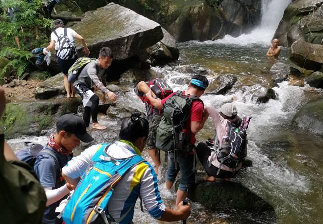 长生谷溯溪看瀑布